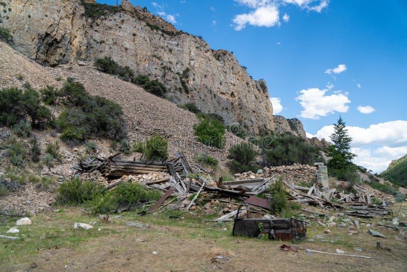 Ruinas de qué se dejan del pueblo fantasma de Bayhorse en Idaho, una ciudad minera anterior fotografía de archivo