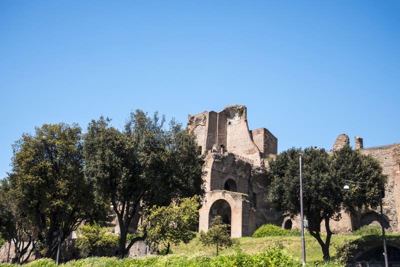 Ruinas de Roman Palaces y de hogares en la colina de Palatine en la ciudad de Roma foto de archivo