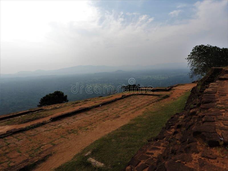 Ruinas de Royal Palace encima de la roca del león, Sigiriya, Sri Lanka, sitio del patrimonio mundial de la UNESCO imágenes de archivo libres de regalías
