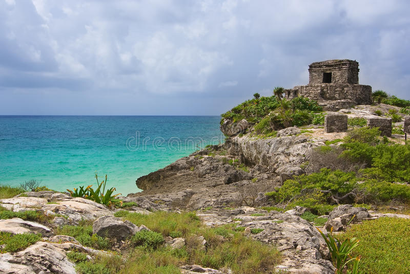 Ruinas de Tulum de dios del templo maya de los vientos en un acantilado que pasa por alto imágenes de archivo libres de regalías