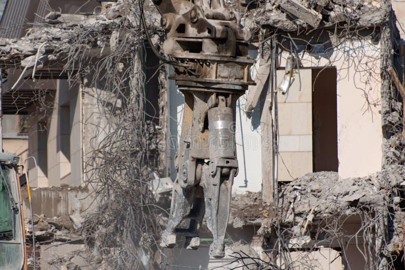 Ruinas de un edificio destruido, montones del hormigón del refuerzo del metal fotos de archivo