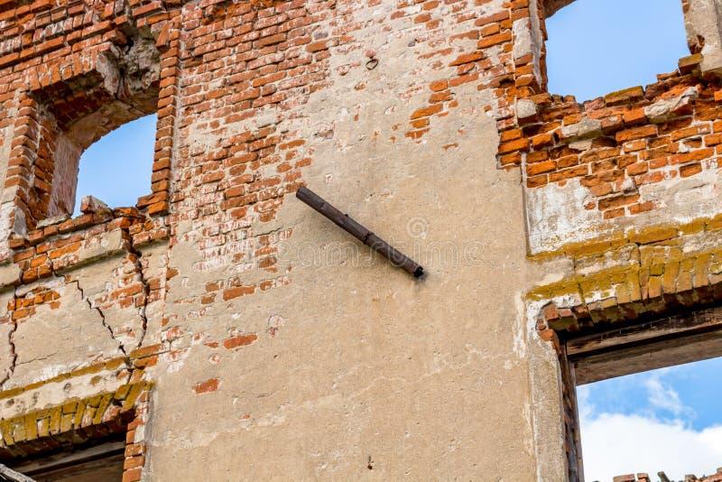 Ruinas de un edificio de ladrillo histórico viejo fotos de archivo