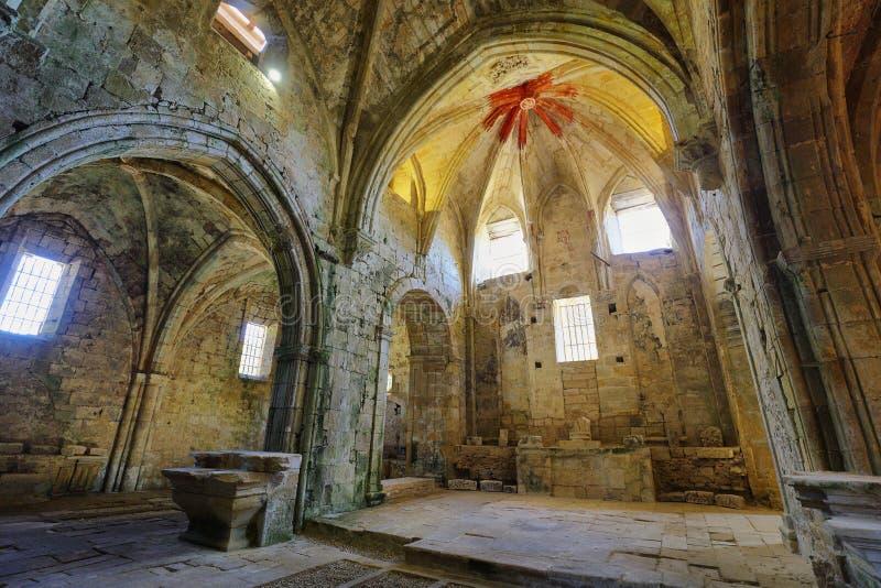 Ruinas de un monasterio abandonado antiguo en Santa Maria de rioseco, España fotografía de archivo
