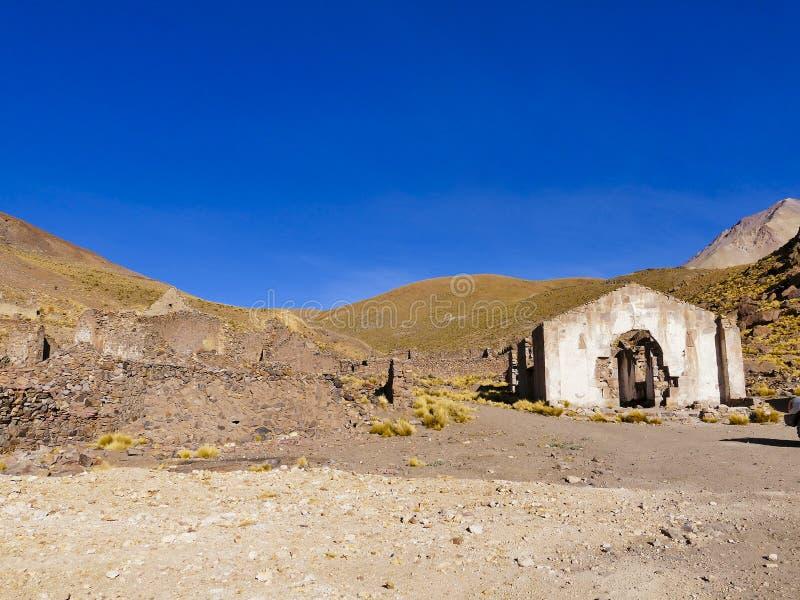 Ruinas de un pueblo minero anterior Fantasma, Bolivia al sudoeste de la ciudad imagen de archivo libre de regalías