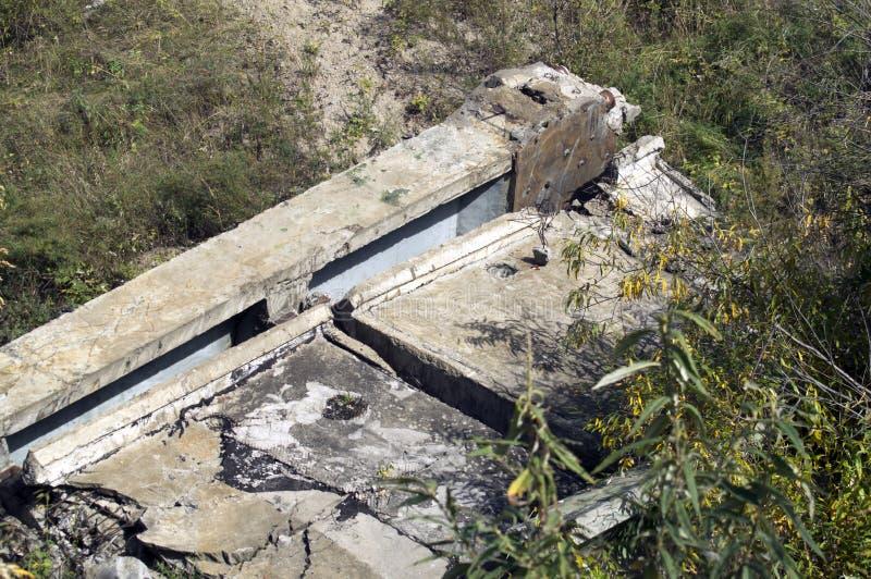 Ruinas de un puente concreto reforzado destruido viejo imagenes de archivo