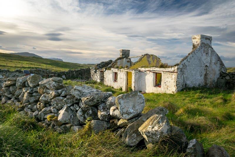 Ruinas de una cabaña irlandesa imagenes de archivo