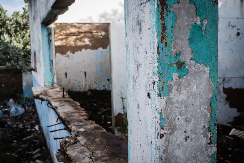 Ruinas de una casa abandonada imagenes de archivo