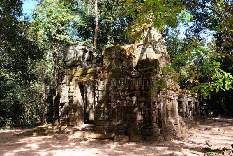 Ruinas de una casa medieval en las ruinas antiguas de la selva tropical en la selva de Camboya fotografía de archivo