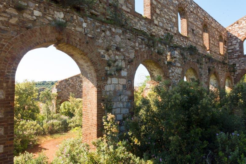 Ruinas de una compañía anterior de la mina en Campiglia Marittima, Italia imagen de archivo