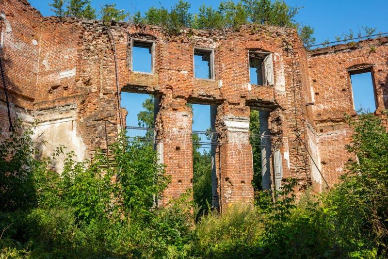 Ruinas de una granja abandonada en el final del siglo XVIII fotos de archivo