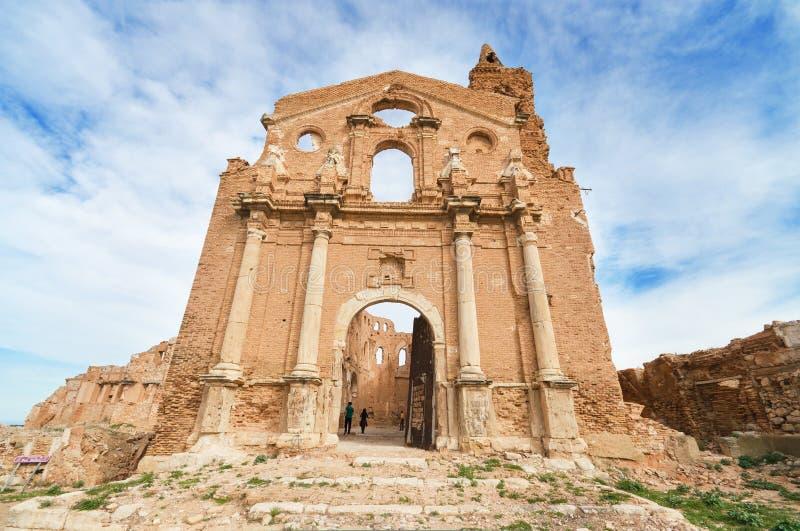 Ruinas de una iglesia vieja destruida durante la guerra civil española en Belchite imagen de archivo