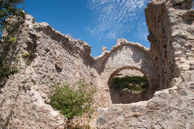 Ruinas de una iglesia vieja, isla de Krk, mar, playa, Adri?tico imagen de archivo libre de regalías