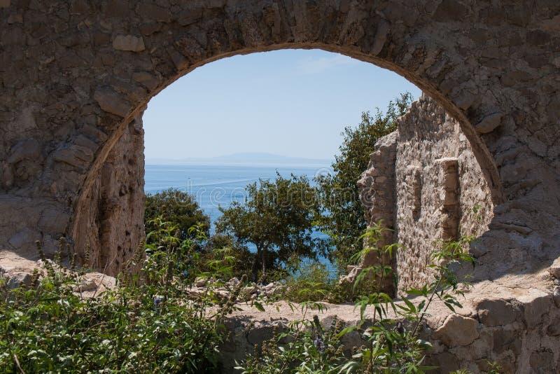 Ruinas de una iglesia vieja, isla de Krk, mar, playa, Adri?tico fotos de archivo