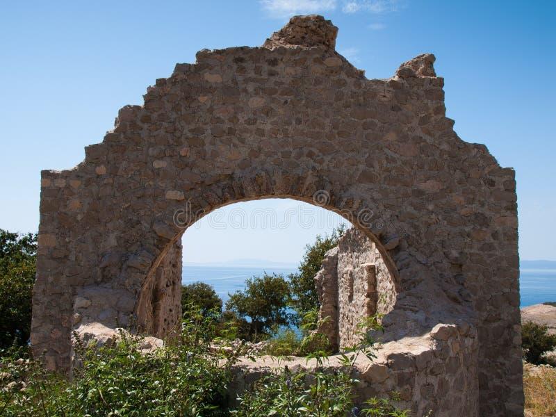 Ruinas de una iglesia vieja, isla de Krk, mar, playa, Adri?tico imagenes de archivo