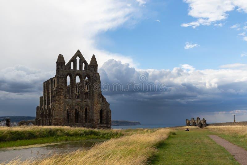 Ruinas de Whitby Abbey, un monasterio cristiano del siglo VII Inspiración para el cuento Drácula del ` s de Bram Stoker foto de archivo