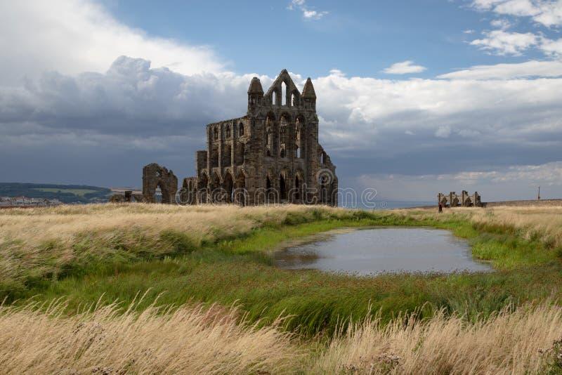 Ruinas de Whitby Abbey, un monasterio cristiano del siglo VII Inspiración para el cuento Drácula del ` s de Bram Stoker imagen de archivo libre de regalías