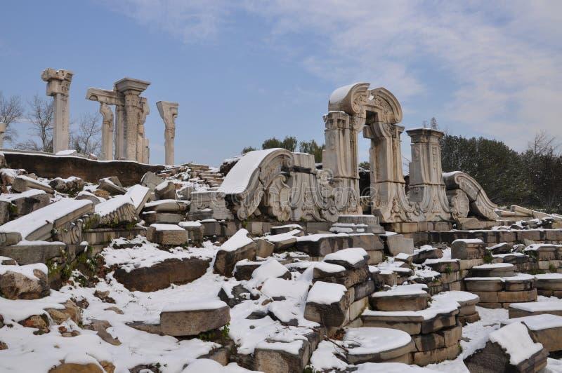 Ruinas de Yuanmingyuan en nieve imágenes de archivo libres de regalías