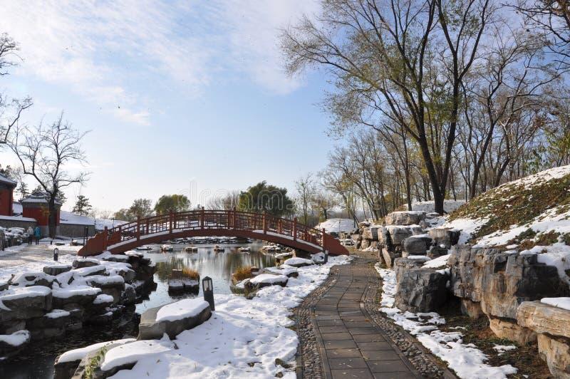 Ruinas de Yuanmingyuan en nieve fotos de archivo