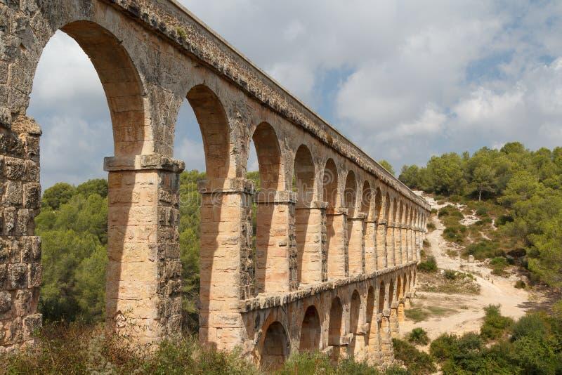 Ruinas del acueducto romano cerca de la ciudad de Tarragona imagenes de archivo
