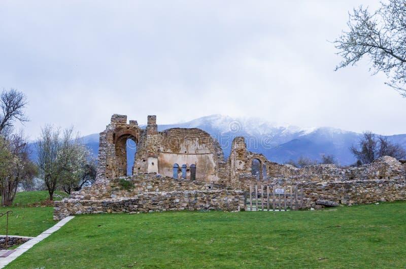 Ruinas del bizantino en la isla de Agios Achilios, pequeño lago Prespa, Florina, Grecia imágenes de archivo libres de regalías
