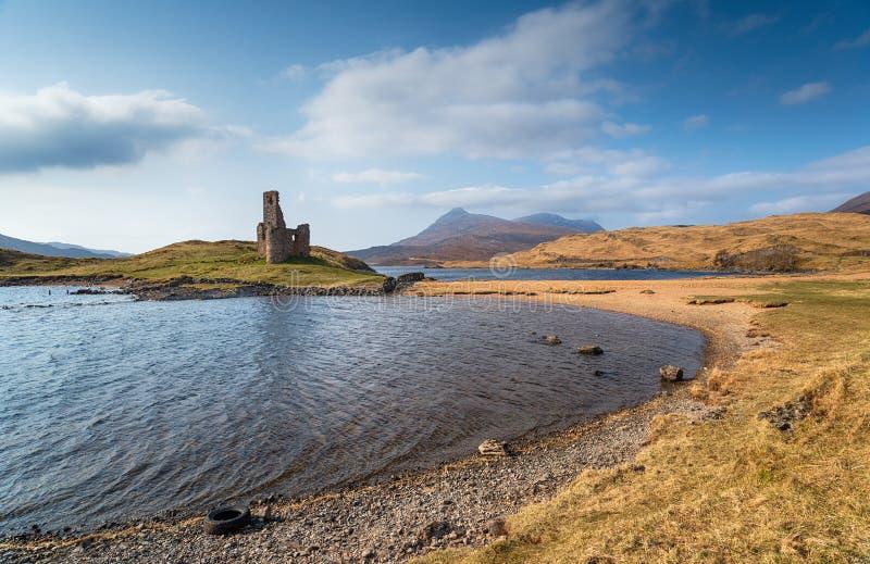 Ruinas del castillo de Ardvreck en Escocia fotografía de archivo