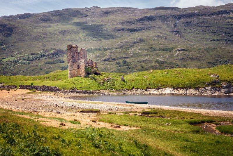 Ruinas del castillo de Ardvreck en las orillas del lago Assynt, Sutherland, montañas de Escocia foto de archivo