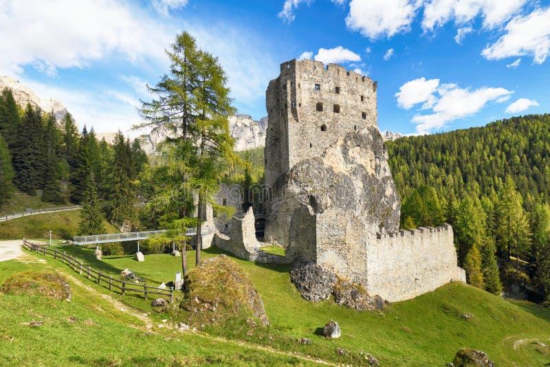 Ruinas del castillo de Buchenstein del Burg - Burg Andraz, dolomías, Italia foto de archivo libre de regalías