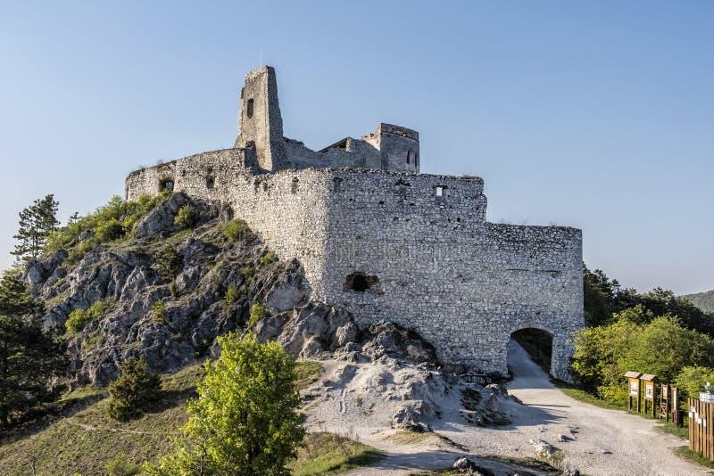 Ruinas del castillo de Cachtice, Eslovaquia imagenes de archivo