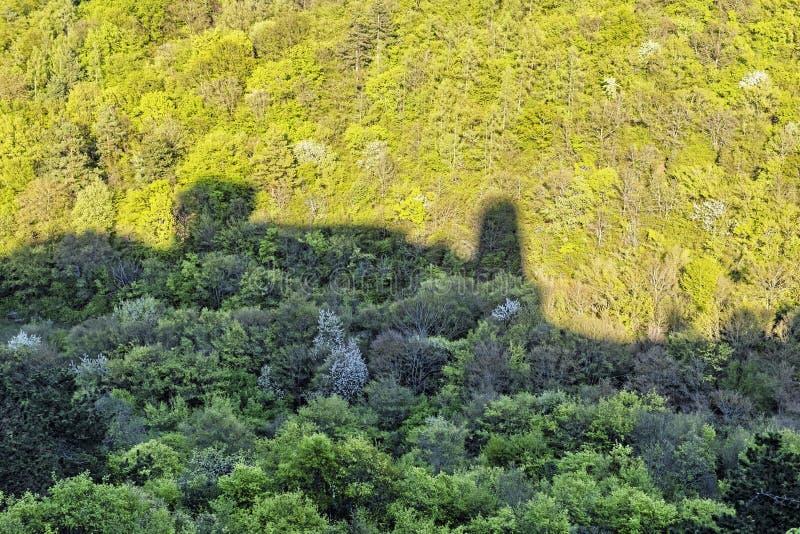 Ruinas del castillo de Cachtice - silueta en el bosque, Eslovaquia imagenes de archivo
