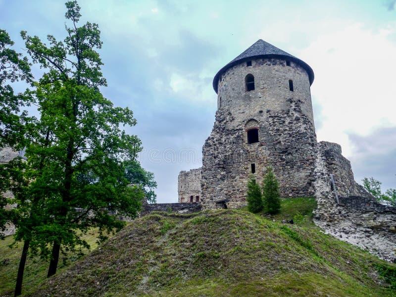 Ruinas del castillo de F en la ciudad de Cesis, Letonia fotos de archivo libres de regalías