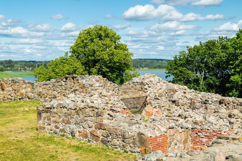 Ruinas del castillo de Kuusisto en el día de verano soleado en Kaarina, Finlandia imagenes de archivo