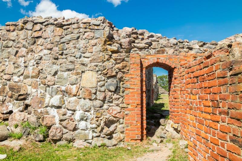 Ruinas del castillo de Kuusisto en el día de verano soleado en Kaarina, Finlandia fotografía de archivo