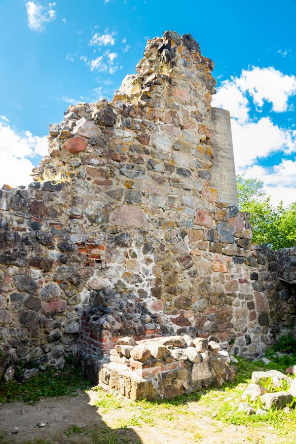 Ruinas del castillo de Kuusisto en el día de verano soleado en Kaarina, Finlandia fotos de archivo