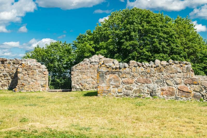 Ruinas del castillo de Kuusisto en el día de verano soleado en Kaarina, Finlandia foto de archivo