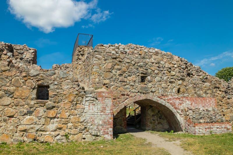 Ruinas del castillo de Kuusisto en el día de verano soleado en Kaarina, Finlandia foto de archivo libre de regalías