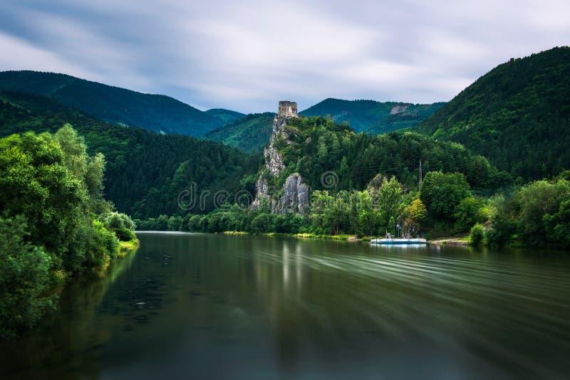 Ruinas del castillo de Strecno y del río de Vah en Eslovaquia imagen de archivo