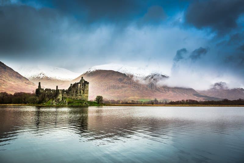 Ruinas del castillo en el lago fotos de archivo