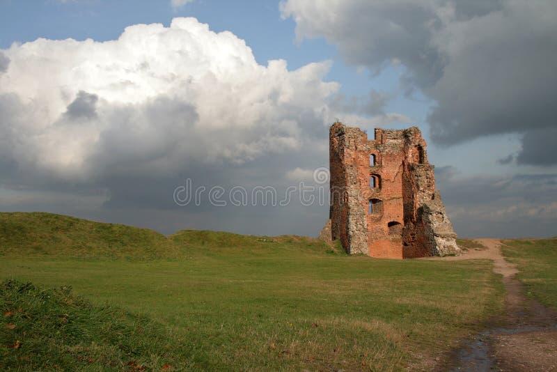 Ruinas del castillo en la ciudad de Novogrudok, en Bielorrusia imagenes de archivo