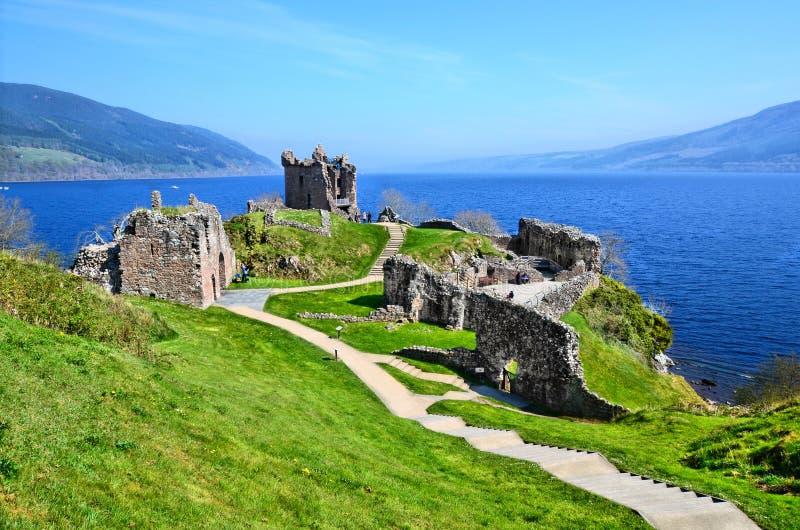 Ruinas del castillo a lo largo de Loch Ness fotografía de archivo