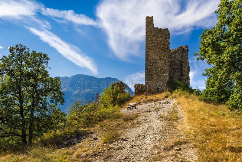 Ruinas del castillo medieval de Santo-Fermín Valgaudemar, montañas, Francia imagenes de archivo