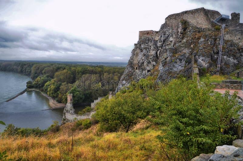 Ruinas del castillo viejo debajo de la lluvia, graduado Devin, Eslovaquia fotografía de archivo