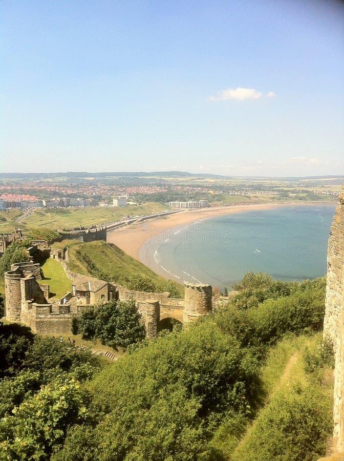 Ruinas del castillo y fondo de la playa fotos de archivo libres de regalías