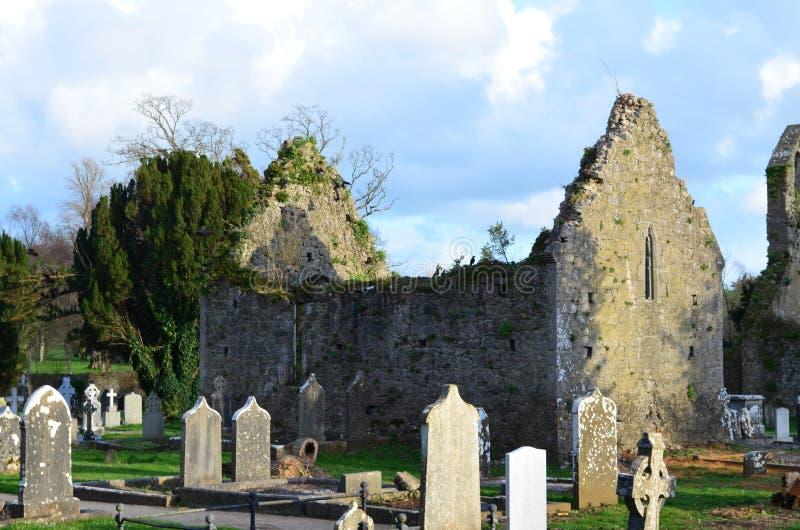 Ruinas del cementerio y del monasterio en Adare imagen de archivo