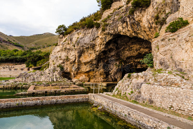 Ruinas del chalet de Tiberius en Sperlonga, Lazio, Italia imagenes de archivo