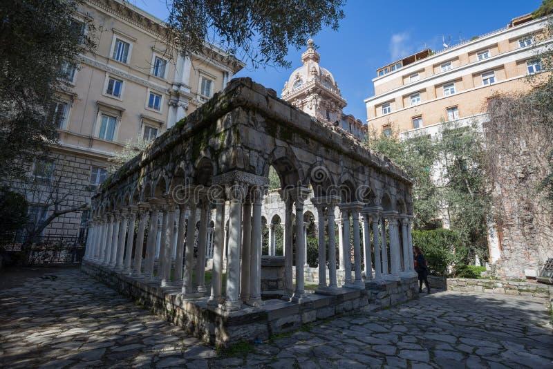 Ruinas del claustro de St Andrew cerca de la casa de Christopher Columbus, di Colombo de la casa, en Génova, Italia imagen de archivo libre de regalías