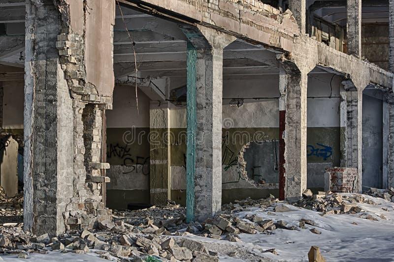 Ruinas del fondo constructivo descuidado moderno foto de archivo
