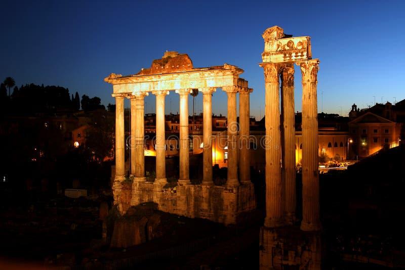 Ruinas del foro romano por noche imagen de archivo libre de regalías