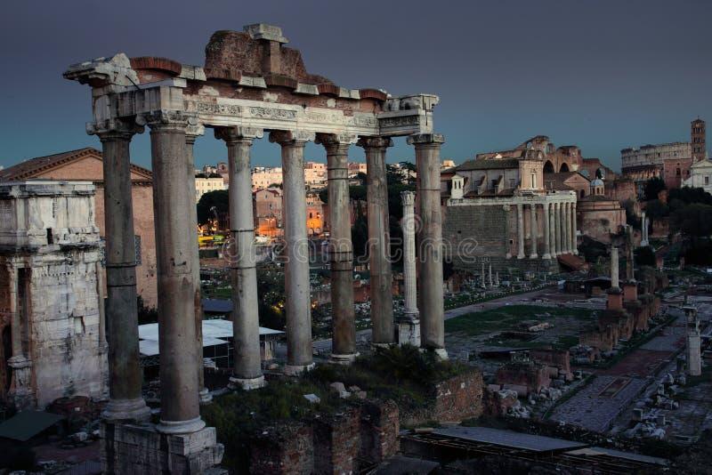 Ruinas del foro romano por noche fotos de archivo libres de regalías