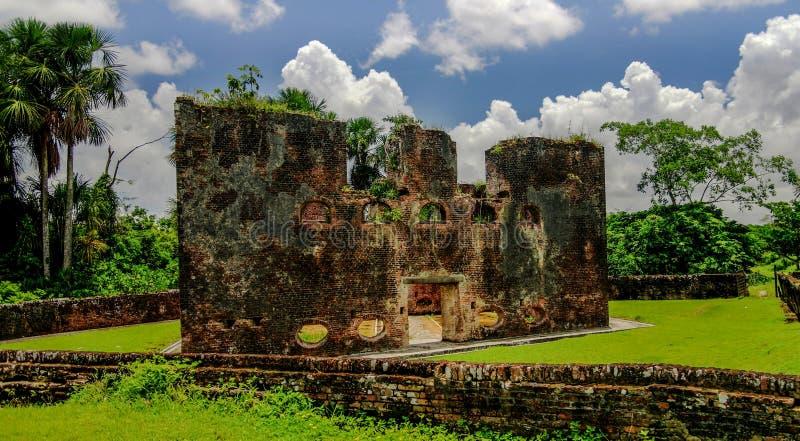 Ruinas del fuerte de Zelanda en la isla en el delta Guyana de Essequibo foto de archivo