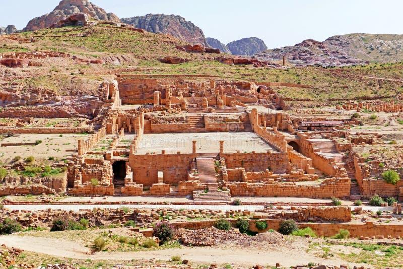 Ruinas del gran templo en el Petra, Jordania fotos de archivo